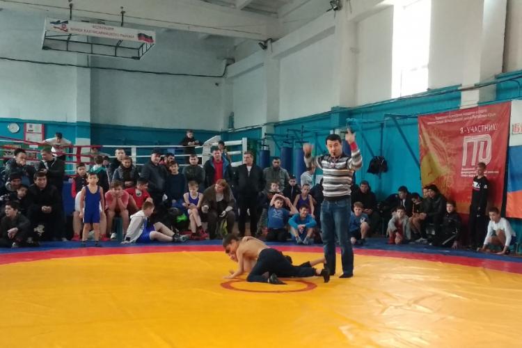 На борцовском турнире в Бахчисарае разыграли 12 комплектов наград