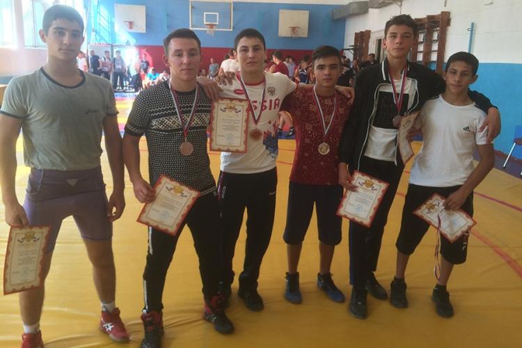 Все победители и призеры первенства Крыма по вольной борьбе среди юношей 2001-2002 гг. р.