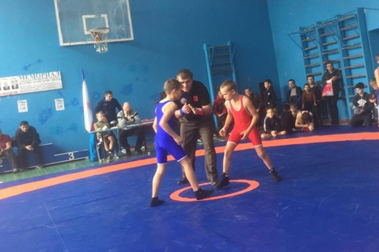 Красногвардейцы победили почти в половине весовых категорий на борцовском турнире в Угловом