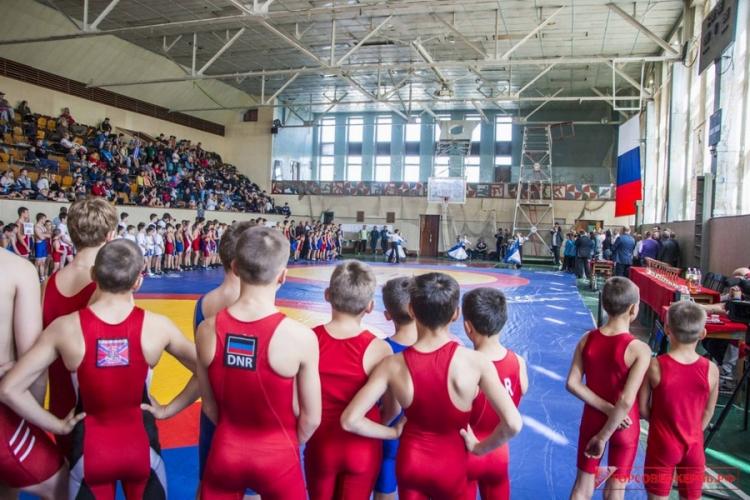 Всероссийский борцовский турнир в Керчи собрал почти 400 участников