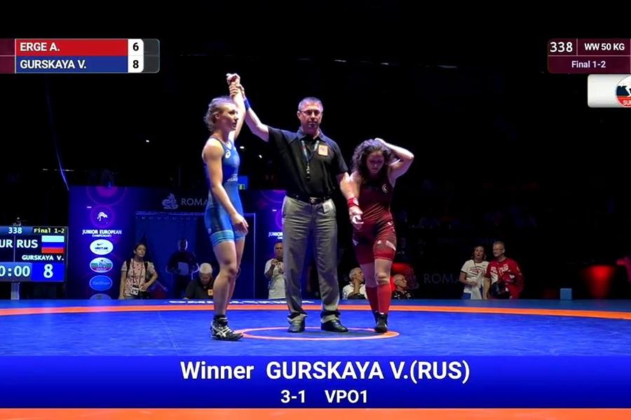 Победная схватка крымчанки Вероники Гурской на юниорском первенстве Европы по женской борьбе в Риме
