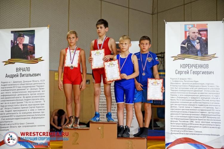 Пьедестальные фото с юношеских борцовских соревнований в Симферополе