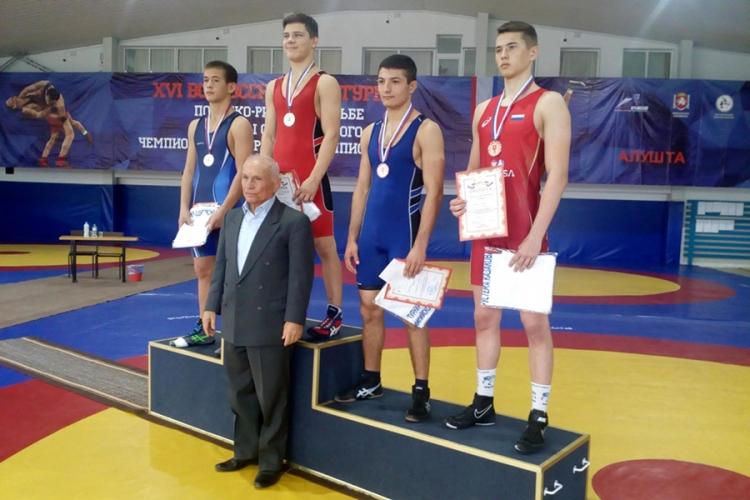 Крымские борцы завоевали 30 медалей на Всероссийском юношеском турнире в Алуште